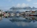 Henningsvaer, fiskebåtar och berg
