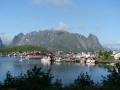 Reine, en till fiskeby vid foten av berget