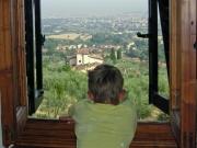 Erik blickar ut över Toscana