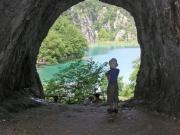 Vattenfall från grotta