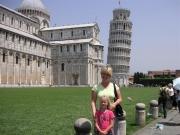 Lotta och modern framför tornet