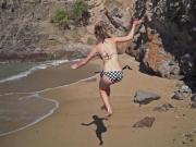 Ylva kastar sig ner på hemliga stranden