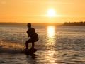 Med wakeboard mot solnedgången