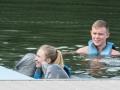 Ylva hälsar på delfinerna