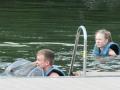 Erik hälsar på delfinerna