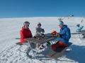 Anna, Lotta och Erik yar en fikapaus utanför Tusen