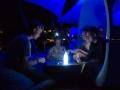 Bonka bäver på bryggan. Lampan bygger den moderna scouten av mobillampa och vattenflaska