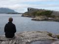 Uffe tittar på rolig bro
