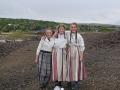 Tre norske jenter på en slagghög