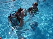 Uffe och Erik skrämmer barn i poolen