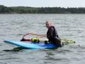 Lotta testar vindsurfing för första gången