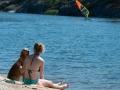 Ylva och Trossa tittar på vindsurfing