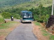 Vår buss på den smala vägen